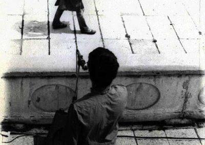 Członkowie TOT-ART spacerują z bębnem po molo